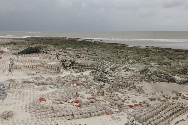 Restant van betonnen matten om het eiland te beschermen.