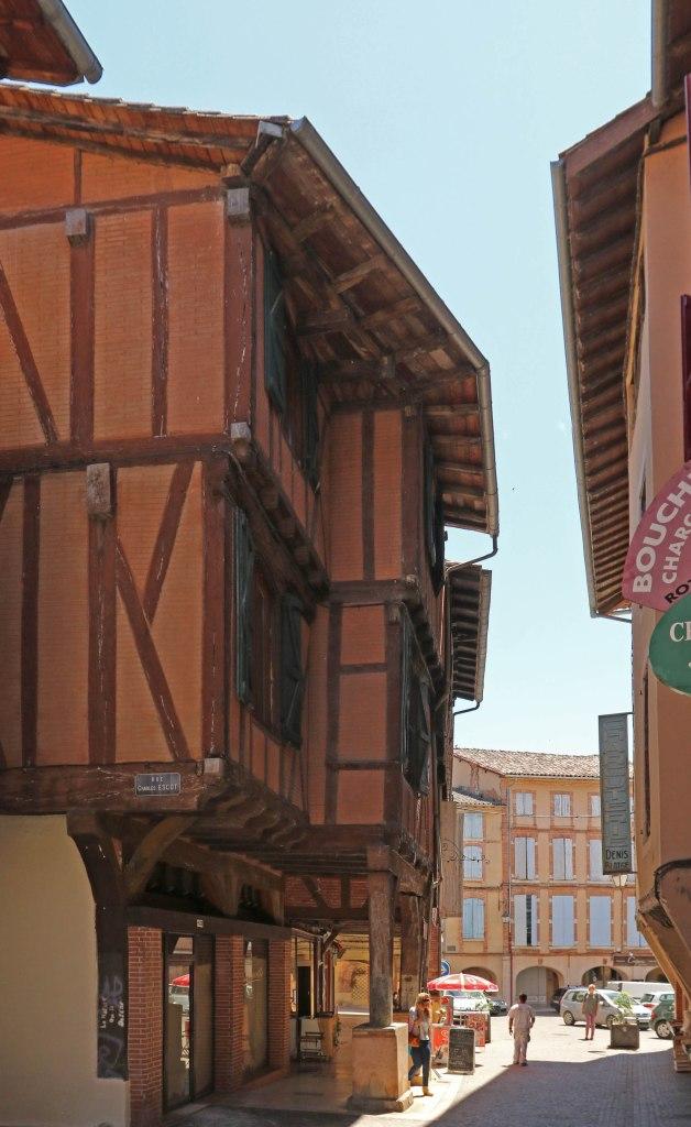 Straatje met overhangende bovenverdiepingen in vakwerk.